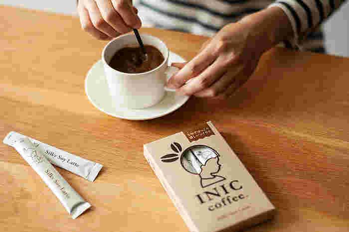 着色料・香料・合成添加物 不使用、アラビカ種100%のイニックコーヒーは、水でも簡単に溶ける便利で美味しいインスタントコーヒーです。ハンドドリップコーヒーの味わいを手軽に楽しめるので、コーヒー好きの方へのプレゼントにどうぞ♪