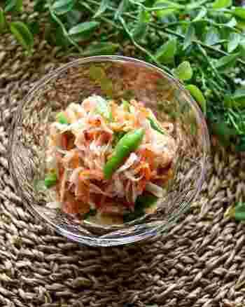 ソムタムは、タイなどで食べられている青パパイヤのサラダ。青パパイヤはなかなか手に入りにくいので、こちらでは切干大根で代用。シャキシャキとした歯応えと、唐辛子のピリ辛、そしてピーナッツのカリカリ感もいい感じ。さっぱりしていますが、とても変化に富んだおつまみです。