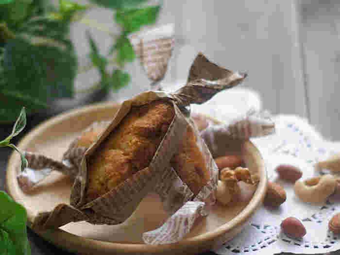 糖質制限中の強い味方!ミックスナッツをたっぷりと使ったナッツバーのレシピです。小麦粉の代わりにアーモンドプードルを使って、ナッツの香ばしさや素朴な味を楽しめます。冷蔵庫で冷ませばサクサク食感になって、食べごたえも◎