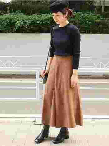 キャメル色のチェック柄スカートは、ベーシックなアイテムとも相性抜群。柔らかな印象を演出したい時におすすめです。