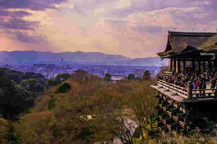 """""""檜舞台""""は、かつてご本尊に、相撲や歌舞伎、雅楽などの芸能を奉納する場所でした。現在でも重要な法会では舞台奉納が行われています。"""
