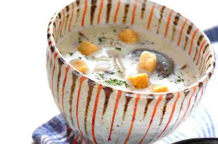 きのこの香りとミルクのまろやかさでほっこりあたたまりそうなやさしい味わいのスープです。 健康にも美容にもいいきのこの旨味がスープにたっぷりとしみ出て、パンにも合う一品です。  ▼栄養ポイント▼ 食物繊維やビタミン、ミネラルが豊富な栄養たっぷりのきのこは何より低カロリーなので、たくさん食べても安心です。 カルシウムの吸収を助けてくれるビタミンDも豊富なので、カルシウムたっぷりの牛乳との相性もバッチリです。 朝食に食べると体も温まり、元気に一日をスタートできそうです。
