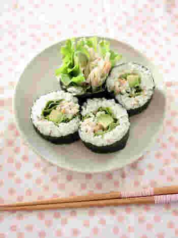 アボカドとごぼうサラダを巻いた、サラダ寿司です。市販のごぼうサラダを使うのでとっても簡単。