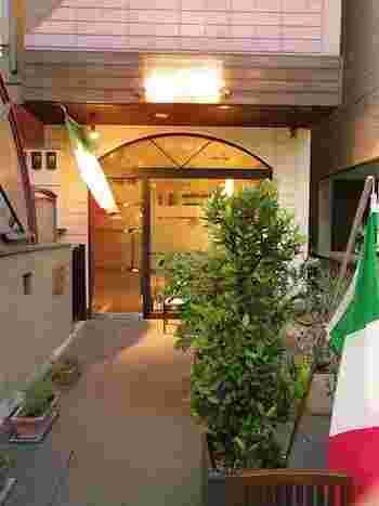 """シンプルな外装の一軒家は、本格派のイタリアンシェフが営む隠れ家的「オステリア アルコ」。 シェフの岡田さんの""""居酒屋のように気軽に寄れる店にしたい""""との想いから、イタリア語で「居酒屋」を意味する「オステリア」をあえて含めた店名にしたのだそうです。"""