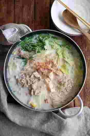 豆乳と白だしで作るやさしい味わいのお鍋。仕上げにかつお節を散らすのがポイントです。しょうがをたっぷり入れるので芯から体が温まりそう。