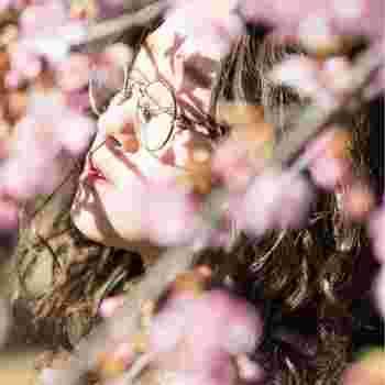 目元を華やかにしてくれるピンクのアイシャドウ。つけ方や色選びのコツさえ掴めば、自分に似合う春らしいアイメイクが楽しめます。まだ試したことがないという方も、ぜひこの機会にチャレンジしてみてくださいね!