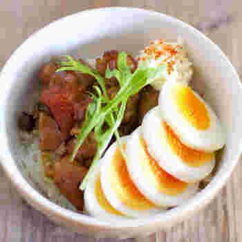 残業で遅くなった夜でも楽に作れる、焼き鳥缶を使った残業丼のレシピ。もちろん、休日のひとりランチにももってこいです。焼き鳥缶とゆで卵を盛り付けるだけ!お好みでカイワレや水菜など緑の野菜を合わせれば、彩りもばっちり。ほうれん草やブロッコリーも合いそうですね。