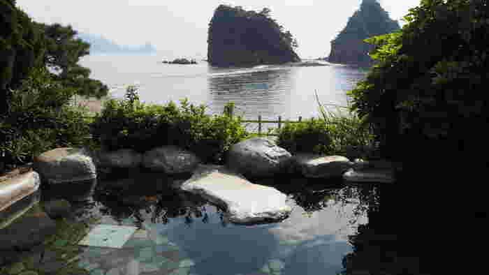 伊豆は、静岡県にある関東屈指の温泉スポットが集まる場所です。都内からも車や電車でアクセスしやすく、「気軽に一泊旅行」もしやすいとてもおすすめな観光地でもあります。  「伊豆」とひとことで言っても、温泉地はたくさんあります。 今回はスポット別に「厳選温泉宿」をご紹介しますので、行きたい場所をチェックしてみてくださいね♪
