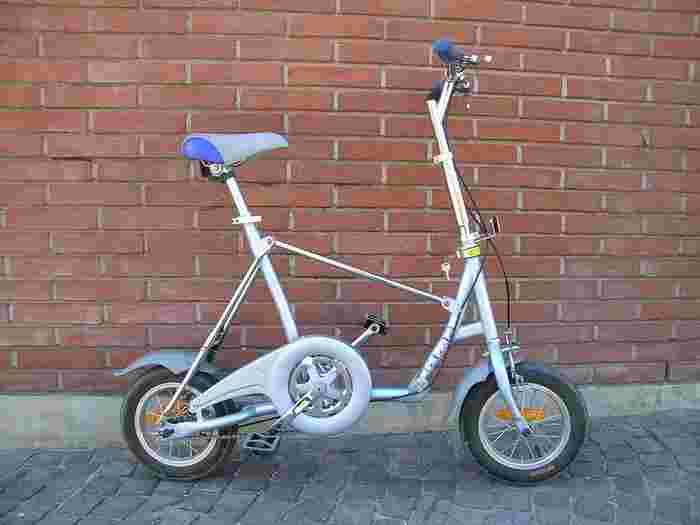 タイヤが小さい折りたたみ自転車。変速機能が付いているモデルもあるので街中でもスイスイ移動が出来ちゃいます。