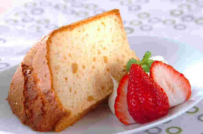 ふんわりいちごが香るシフォンケーキ。イチゴシロップを使えばお子様でも食べられ、イチゴリキュールを使えば大人向けのお味に大変身。