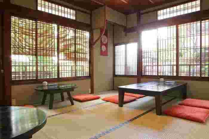 近鉄奈良駅から徒歩8分、ならまちの中心部から少し外れた閑静な場所に佇む「カフェ マル」さん。築100年以上の古民家を改装した店内は間口に比べて奥行きがあり、天井も高くて広々しています。こちらはお座敷席。古民家らしい良い雰囲気です。
