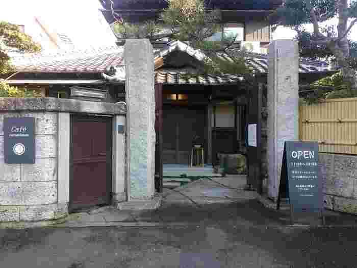 アクアワールド大洗からほど近いところにある「Cafe caramelmama(カフェ キャラメルママ)」は、立派な門構えの外観が印象的な古民家カフェです。