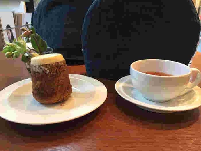 スイーツでは、スコーンやパウンドケーキ、焼きりんご、キャロットケーキ(画像)が。 スコーンなどの焼き菓子、紅茶の茶葉は販売されており、プレゼント包装も頼めます。