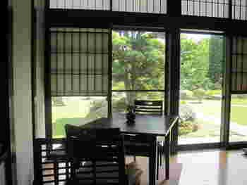 手入れの行き届いた広い日本庭園を眺めながらのカフェタイムは何とも贅沢な時間です。