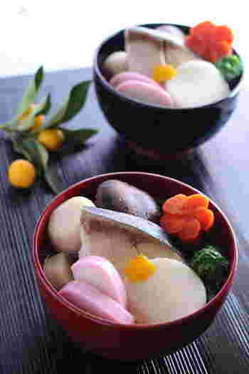 """博多風のお雑煮は、とてもにぎやか。焼きあご、鰹節、昆布、干し椎茸の""""すめ""""という出汁を使った、すまし汁仕立て。出世魚で縁起のいいブリを入れるのも特徴です。お餅は丸餅で、焼きません。"""