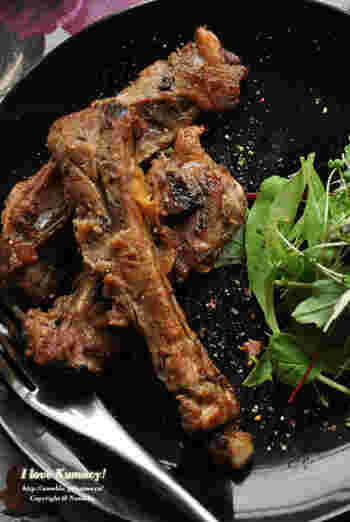 キウイの酵素で柔らかなスペアリブ。骨付き肉をおろしたキウイや調味料といっしょに前日から漬け込んでおきます。とってもジューシーでふっくら。スペアリブは、気軽なBBQでもスペシャルな雰囲気がありますね。