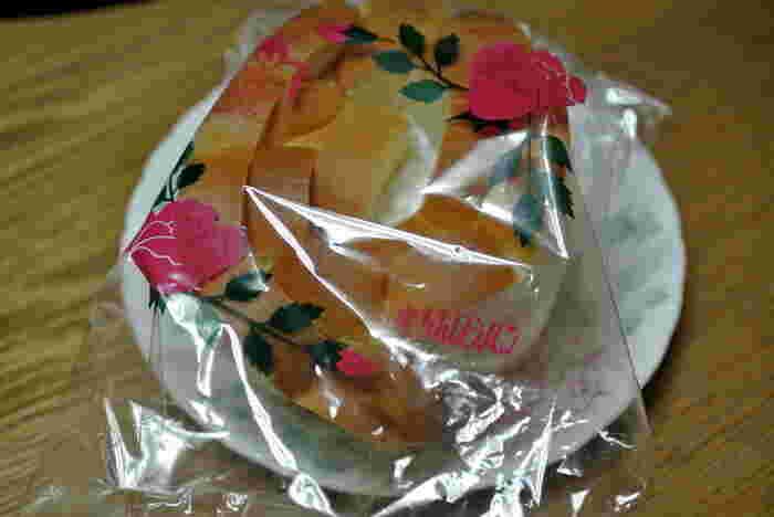 出雲市内ならずとも、島根県民だったら誰もが知ってる「バラパン」は、50年以上の歴史がある出雲名物。乙女心くすぐるパッケージは、永遠不滅。