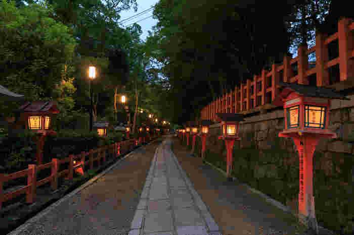 朱塗りの西楼門や、本殿が美しい神社ですが、ぜひ訪れてほしいのが本殿の裏にある参道。比較的混雑も少なく、夜には燈籠が灯ってとしっとりとした雰囲気に。秋には美しい紅葉のトンネルを楽しむこともできますよ。