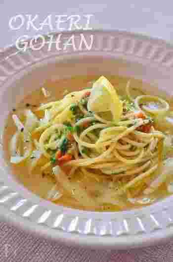 新玉ねぎをまるごと1個使ったヘルシーなスープパスタ。スープはコンソメ顆粒を入れて煮込むだけなので、簡単に作ることができます。コンソメと相性ぴったりの「セロリソルト」を加えれば、セロリ独特の香りを楽しめますよ♪ 常備しておくと、いろんな料理に活用できそうです。