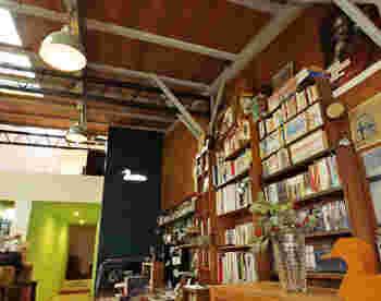 まずご紹介するのは、丸太町駅から徒歩10分、バスなら荒神口から徒歩3分の場所にある「かもがわカフェ」。本棚には文庫本はもちろん漫画もたくさん並んでいて、気取らない手にとりやすいラインナップです。