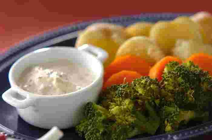 イタリア料理をアレンジした「蒸し野菜」は、食材そのものの美味しさを堪能できる贅沢な一品です。ツナにマヨネーズと粒マスタードを加えたトンナートソース(ツナソース)が、ブロッコリーやジャガイモなど野菜の風味を引き立てます。