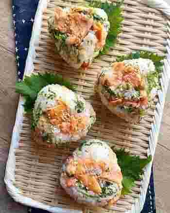 彩りがきれいな鮭と大葉を使ったおにぎり。カマンベールが鮭との相性抜群です。お昼ご飯にはもちろん、夜ご飯にすればお酒にもよく合いそうですね。