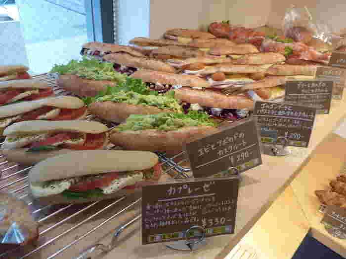 食べごたえ十分のお惣菜パンはランチにぴったり。具材によってパンの種類を変えるこだわりも人気のヒミツ。