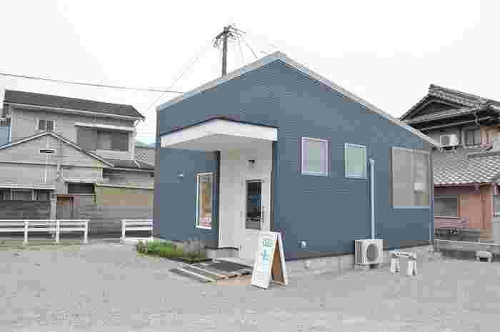 「ベーカリーサナ(BAKERY SANA)」は、もともと東京都三鷹市にあったパン屋さん。福岡県糸島市に引っ越してきたのは、今から16年前の2002年。住宅街の一角にあるお店は、まるで一軒家のようなたたずまいで迎えてくれます。