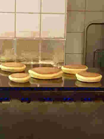 カウンター席からは、ホットケーキを銅板で焼いている様子を眺めることができます。しっかりとした食感で、食べごたえもあります。朝8時から営業しているので、朝ごはん代わりにいただくのも良さそう。