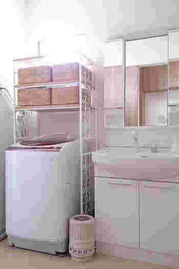 ワイヤーがかわいい洗濯ラック。白で統一された清潔感のあるスペースにしっくりおさまっています。