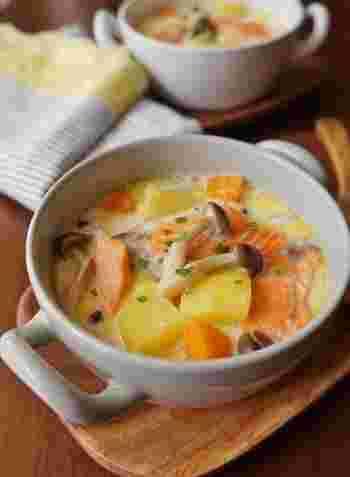 鮭と相性抜群のジャガイモやシメジを加えたクリームスープです。寒い季節に食べたくなるやさしい味わいで、子供にもおすすめ。サツマイモやカボチャを入れて、甘味をプラスするのもいいですね♪
