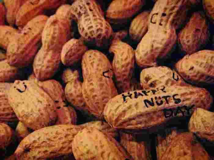 「HAPPY NUTS DAY」の原材料は、千葉県九十九里産のピーナッツと海塩、北海道産のてんさい糖の3つのみ。国産の原料にこだわり、添加物は一切入っていません。
