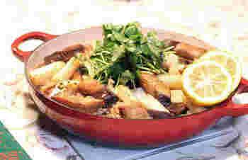 ブリのあらを「いしる」という魚醤に漬け、オリーブオイルで焼いて作る和風パエリア。ブリのあらから出た出汁を、お米に吸わせて、一緒に炊き込みます♪お米がカリッと焦げたくらいが食べ頃。食卓の真ん中に置いて、みんなで取り分けて食べたいですね。