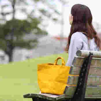 赤ちゃんとのお出かけは、オムツに着替え、タオルにミルクと、とにかく荷物がいっぱい。そんな日に備えて、今から大容量のバッグを探してみては?ママバッグにこだわらなくても、おしゃれで機能的なものはたくさんありますよ。