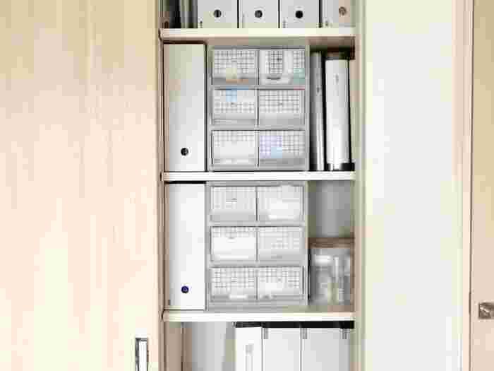 リビングクローゼットの収納方法とアイデアを紹介しました。収納ボックスやファイルボックス、引き出し収納をうまく組み合わせて使うのがコツです。 リビングクローゼットがあるとお部屋がスッキリします。紹介したアイデアを参考に、機能的で使いやすいリビングクローゼットを作りましょう。