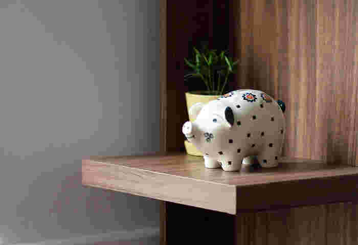 ほんわかした表情が可愛らしいブタの貯金箱。背中の部分から硬貨を入れられるようになっています。一つ一つ柄の位置や尻尾の曲がり具合が違うので、持っているだけで愛着がわいてきます。