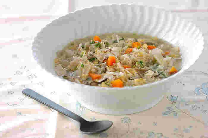 ■具沢山の雑炊 少しずつ痩せやすい体作りに意識が向いてきた朝は、ダイエットの味方食材の糸こんにゃくやキノコ類を豊富に使った「具沢山の雑炊」がオススメです。薄い出汁で作る雑炊は胃に優しく体を温めてくれます。朝ごはんを食べてこなかった方も初めのうちはこんな優しい雑炊を食べて胃腸の働きを活発にし基礎代謝を上げていきましょう。