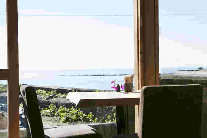 もちろん木のよい香り漂う店内でも海を眺めて食事を楽しむことができます。