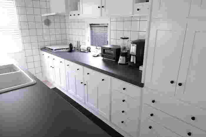 キッチンはお料理をする場所ですから、シンクやコンロまでの動線上にあるかどうかも重要です。キッチンツールなどはコンロの近くが「一軍」の場所になります。