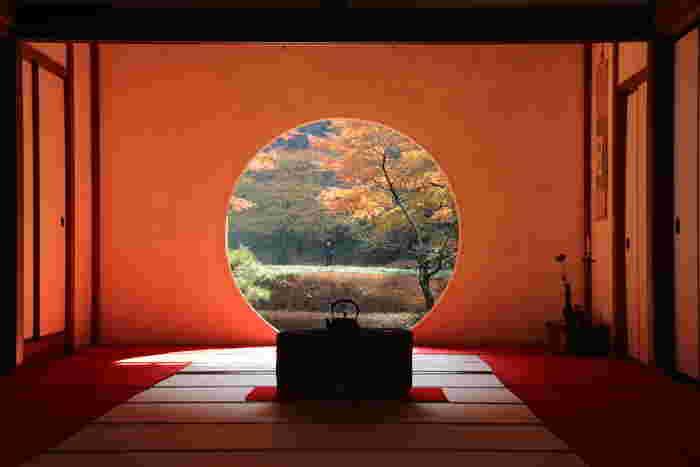 「悟りの窓」から見える景色はまるで絵画のよう。紅葉の季節は、いつも以上に美しく感じられるかもしれませんね♪丸く切り取られた紅葉を一目みようと、毎年たくさんの人が訪れます。
