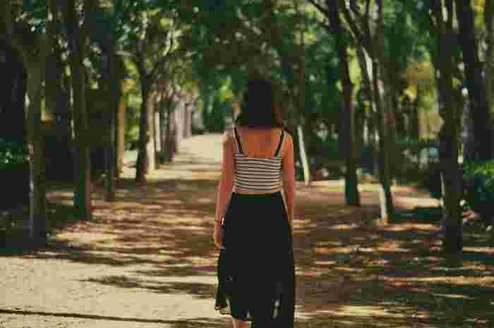 """朝に太陽の光を浴びると""""幸せホルモン""""である「セロトニン」の分泌が促されて脳が覚醒。心も身体もクリアになり、すっきりと一日を始められるように。また、見慣れた近所でも早朝の空気の中を歩くことは、いつもとは違った刺激を受けることができ、良い気分転換になってくれます。"""