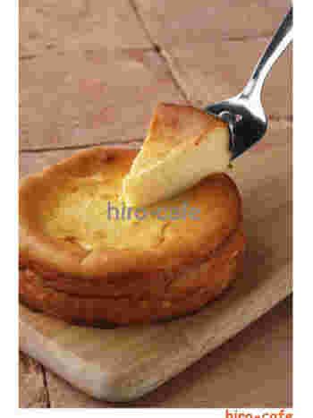 材料すべてを1つのボールに入れて混ぜ、焼き上げるだけなので簡単!コーヒーにぴったりの濃厚チーズケーキです。