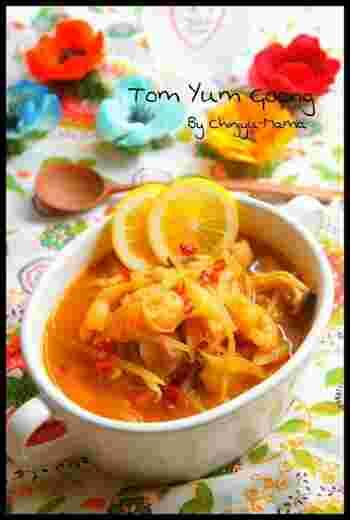 練乳をココナッツミルク代わりに使ったトムヤムクン風のスープにフォーを入れるのもオススメです。市販の食材で本格的なベトナムの味を再現できますよ。