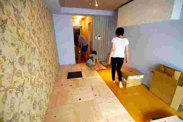 ユカハリ・タイルは50×50㎝の木で作られたタイルです。既存の床に並べて置くだけなので、賃貸のアパートやマンションにも使えて、リノベーションにも人気が高いんです。