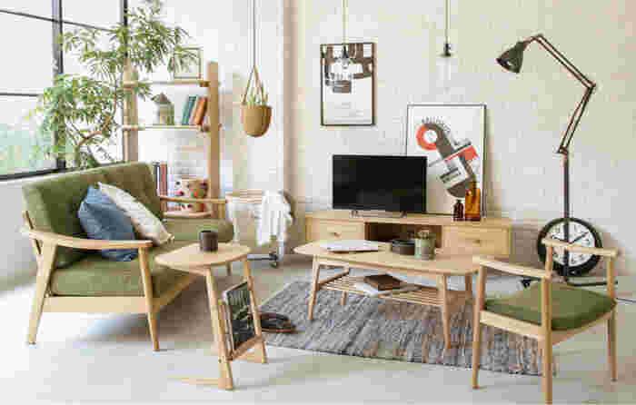 北欧風のお部屋にはナチュラルテイストの家具がぴったり。天然木を使ったソファやテーブル、棚などを中心にしてお部屋をコーディネートしてみましょう。