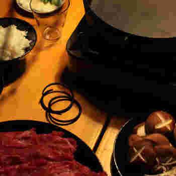 食事中の鍋が熱くなっているときは、持ち手を外しておけば、持ち手が熱くならずにすむうえに、鍋の具材をどの方向からでも取りやすくて◎。