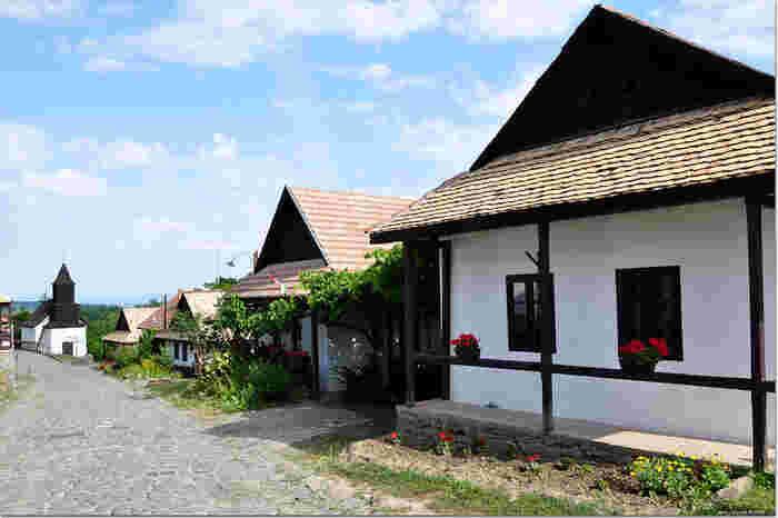 ホッロークーは、ハンガリーの首都ブダペストから北東に約90キロメートル離れた場所にあり、スロヴァキアとの国境付近の山間部に位置する小さな村です。