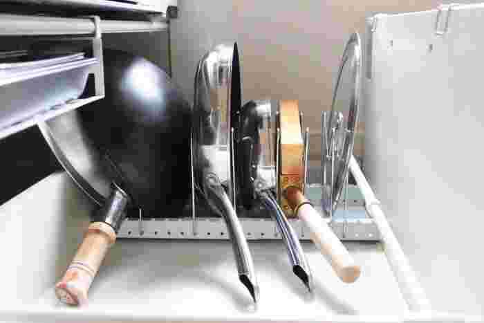 中華鍋やフライパンは幅広く、蓋は狭くとアレンジしています。蓋も倒れず、取り出しやすくなっています。