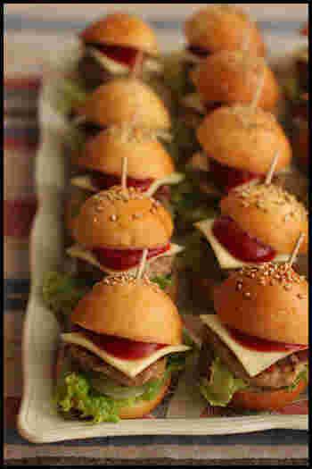 小さなバンズで作るミニチュアバーガーも可愛いですね。たくさん並べると、ホームパーティーなどにもピッタリ。写真映えもします。片手で食べられるフィンガーフードサイズにするといいですね。
