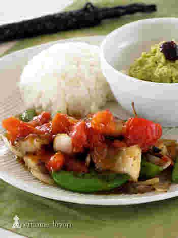 赤いトマトとスナップエンドウの緑が、彩りキレイな黒酢あんかけレシピ。  トマトの優しい酸味、黒酢のまろやかな酸味のコラボを楽しめます。赤身だけでなく、白身魚に変更してもOK!ピーマンやパプリカを加えても美味しくいただけそうです♪
